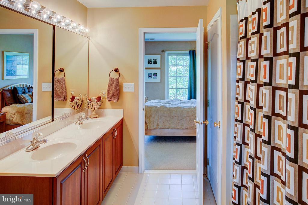 Jack and Jill Bathroom - 41045 STUMPTOWN RD, WATERFORD