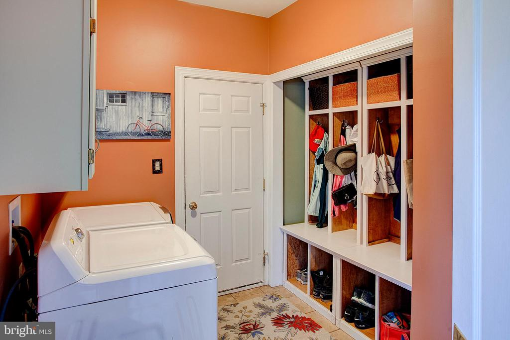 Main level laundry and mudroom. - 41045 STUMPTOWN RD, WATERFORD