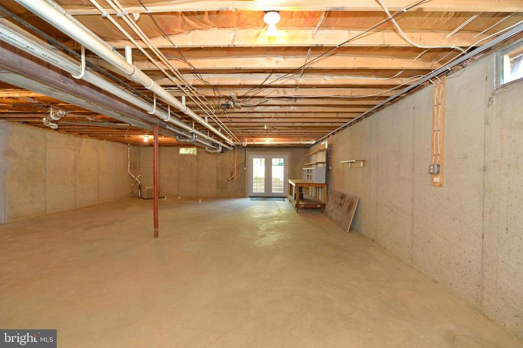 Unfinished basement with wide walkup - 20257 REDROSE DR, STERLING