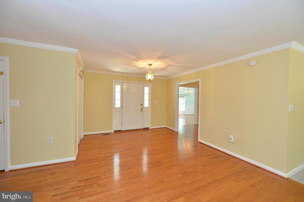 Foyer with hardwood floors - 20257 REDROSE DR, STERLING