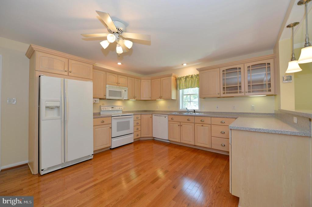 Kitchen with custom cabinets - 20257 REDROSE DR, STERLING
