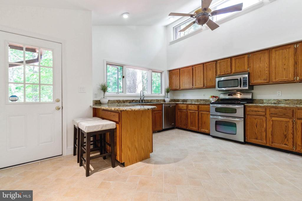 Large Kitchen with Vaulted Ceiling - 7207 OLDE LANTERN WAY, SPRINGFIELD
