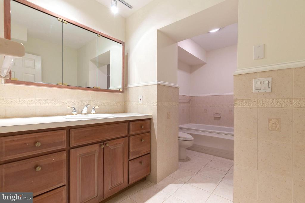 Large 2nd Full Bathroom with Shower and Large Tub - 7207 OLDE LANTERN WAY, SPRINGFIELD