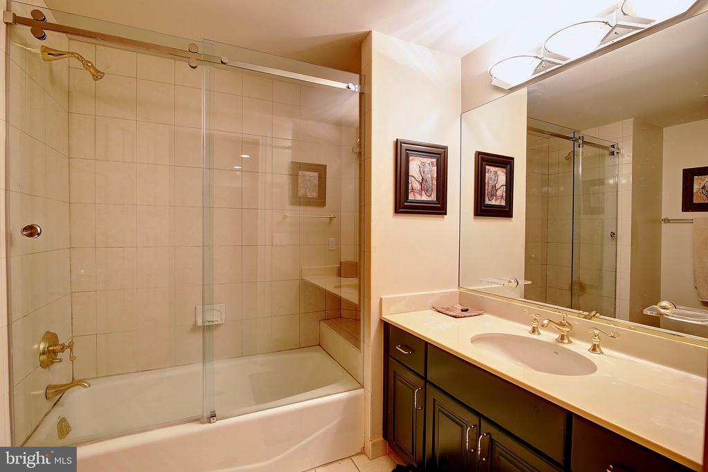En Suite Full Bathroom - 2180 HUNTER MILL RD, VIENNA