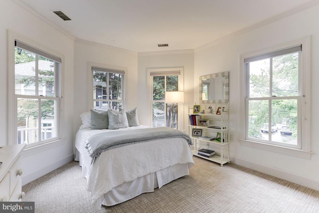 Bedroom 3 Drenched in Light - 4721 CUMBERLAND AVE, CHEVY CHASE