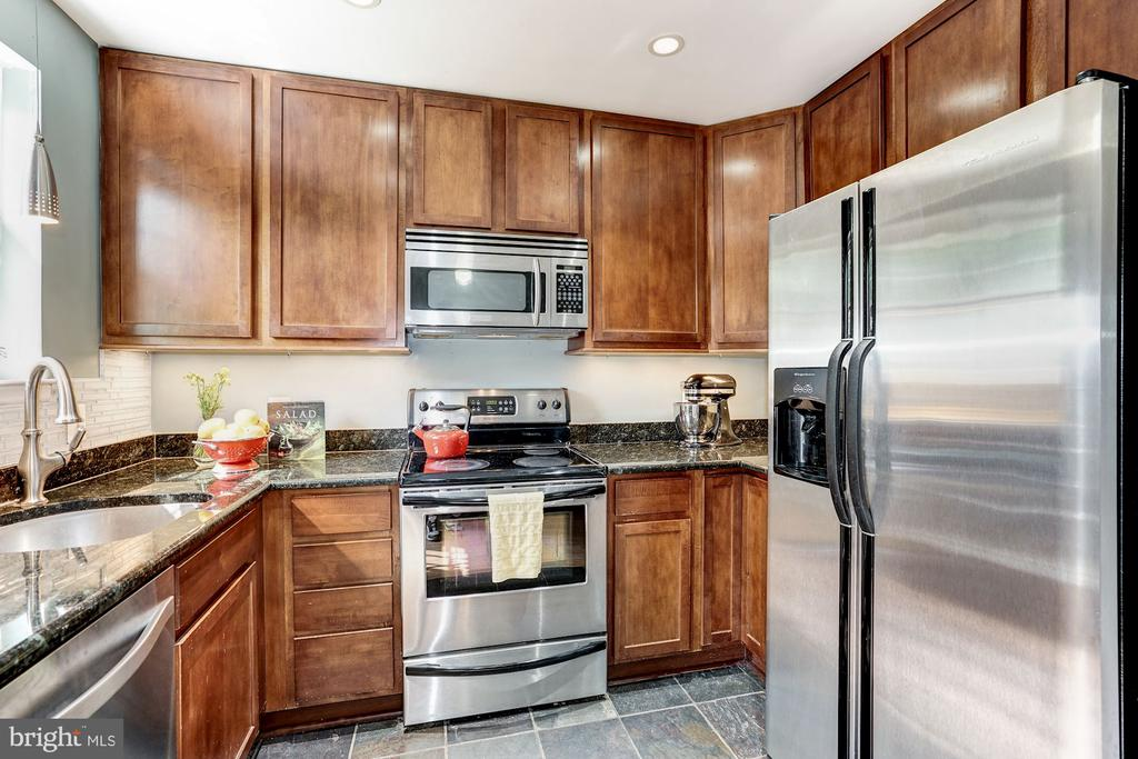 Upgraded kitchen with stainless appliances - 4600 28TH RD S #D, ARLINGTON