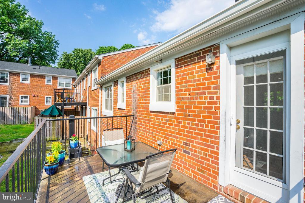 Plenty of table space on inviting balcony - 4600 28TH RD S #D, ARLINGTON