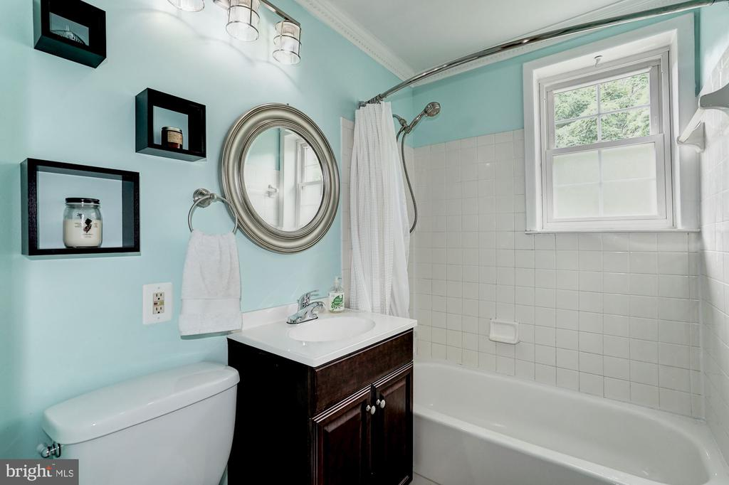 Upgraded bath with ceramic tile - 4600 28TH RD S #D, ARLINGTON