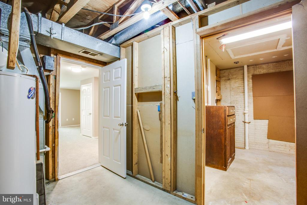 Large laundry room and bonus workshop space - 3456 CALEDONIA CIR, WOODBRIDGE