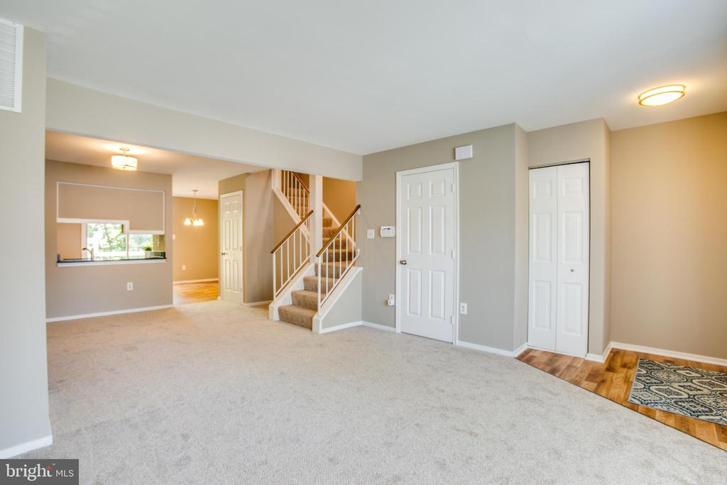 Updated light fixtures in this turnkey townhome - 3456 CALEDONIA CIR, WOODBRIDGE