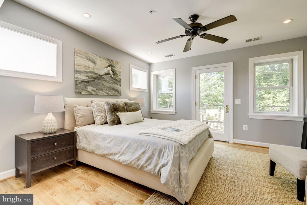 Large, bright 2nd bedroom - 2242 ONTARIO RD NW #3, WASHINGTON