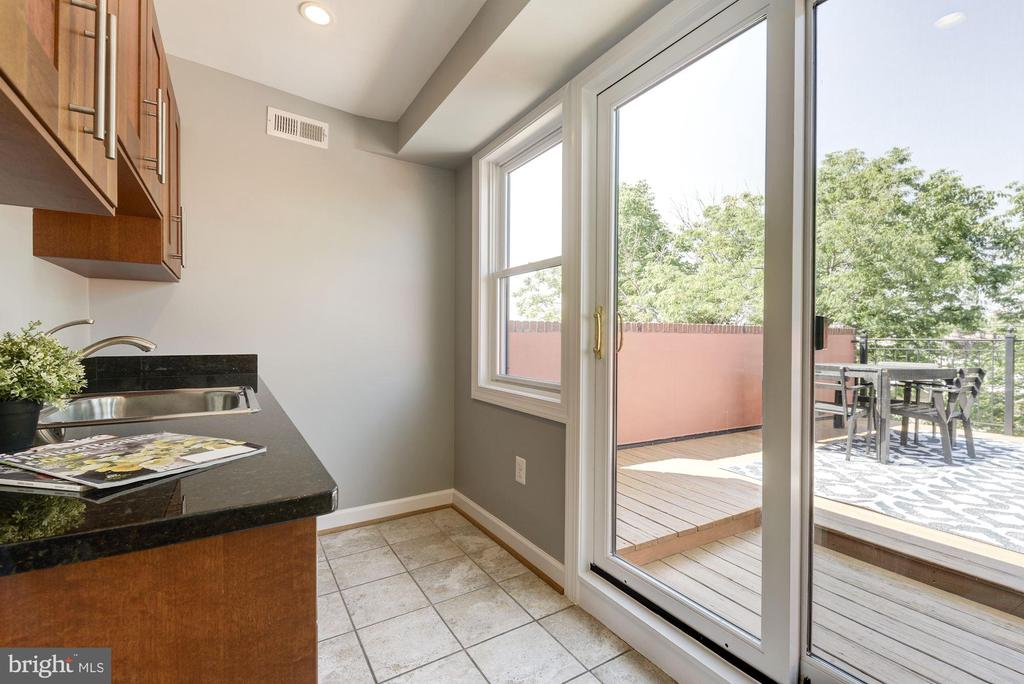 Wet bar leads to the private roof deck - 2242 ONTARIO RD NW #3, WASHINGTON