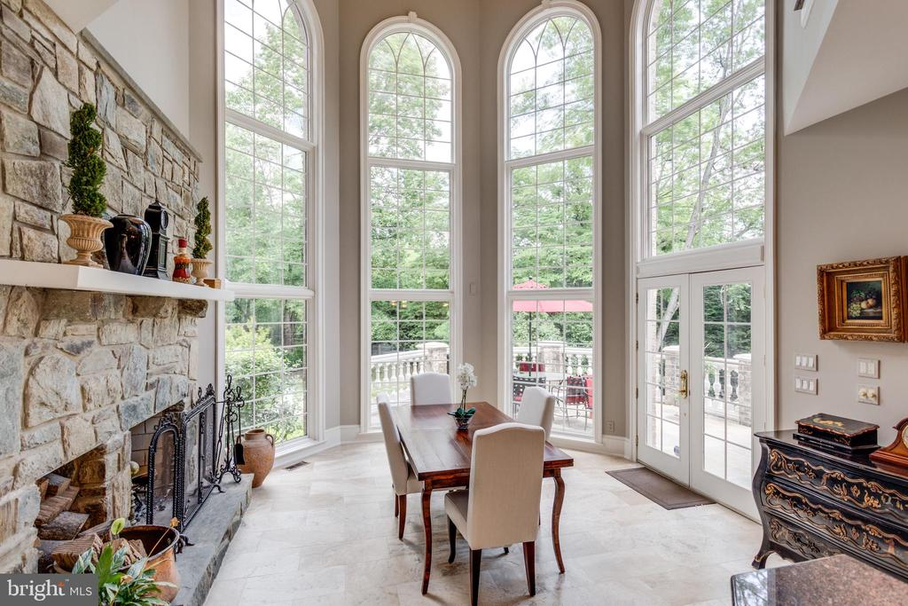 Casual dining with amazing views - 10010 HIGH HILL PL, GREAT FALLS