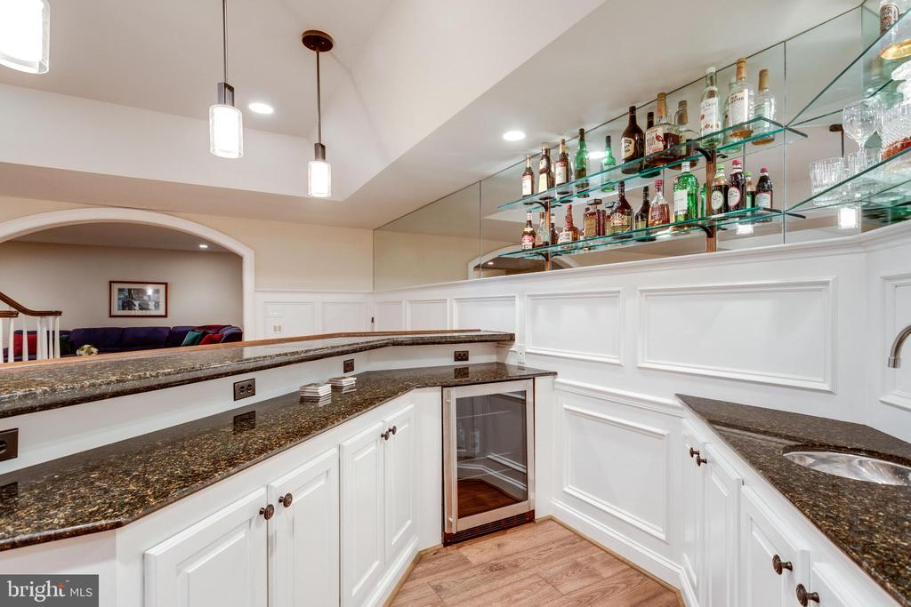 Granite counters & glass shelving - 10010 HIGH HILL PL, GREAT FALLS