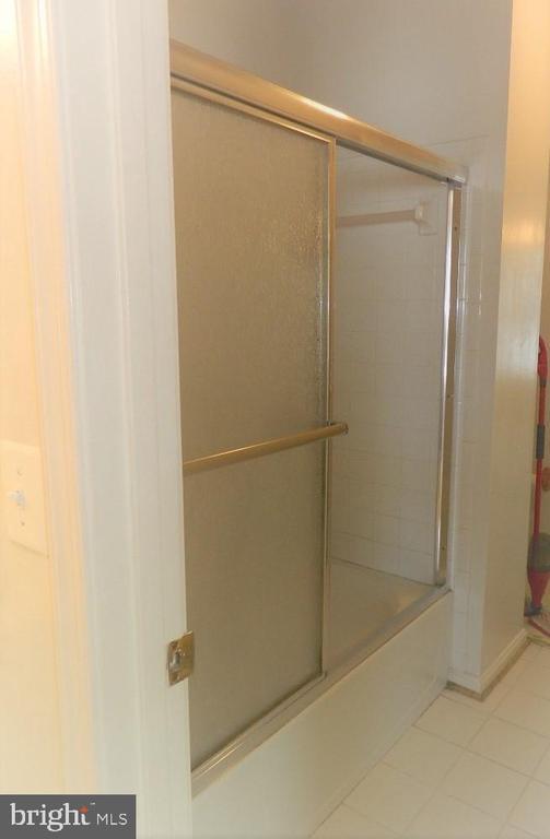 Jack and Jill Bathroom - 25485 FLYNN LN, CHANTILLY