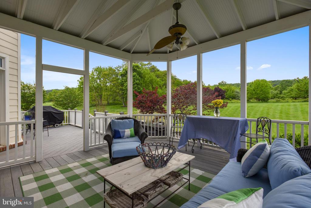 Covered Trex Deck - 41371 RASPBERRY DR, LEESBURG