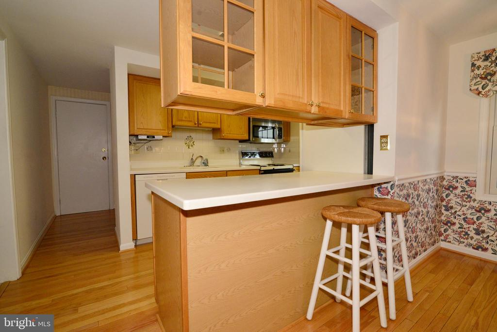 Amazing kitchen, tons of storage space! - 2708 VIKING DR, HERNDON