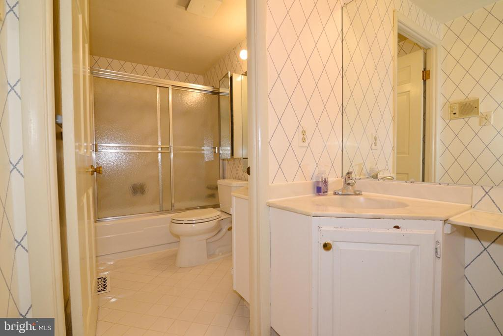 Full hall bath with separate dressing room area! - 2708 VIKING DR, HERNDON
