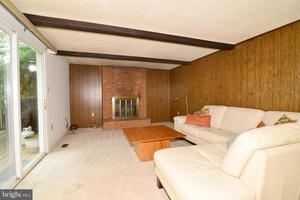 Family room of kitchen, sliding doors to deck! - 2708 VIKING DR, HERNDON