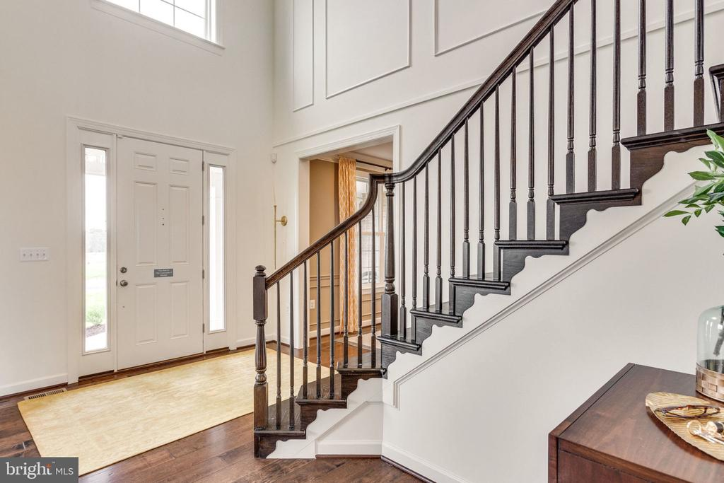 2-story entry foyer w/ Opt. Flaired staircase - 8705 FORMATION DR, FREDERICKSBURG