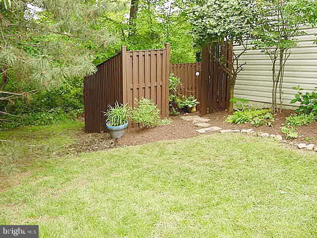 Fenced Rear Yard- Backs to Woods - 13086 PARK CRESCENT CIR, HERNDON