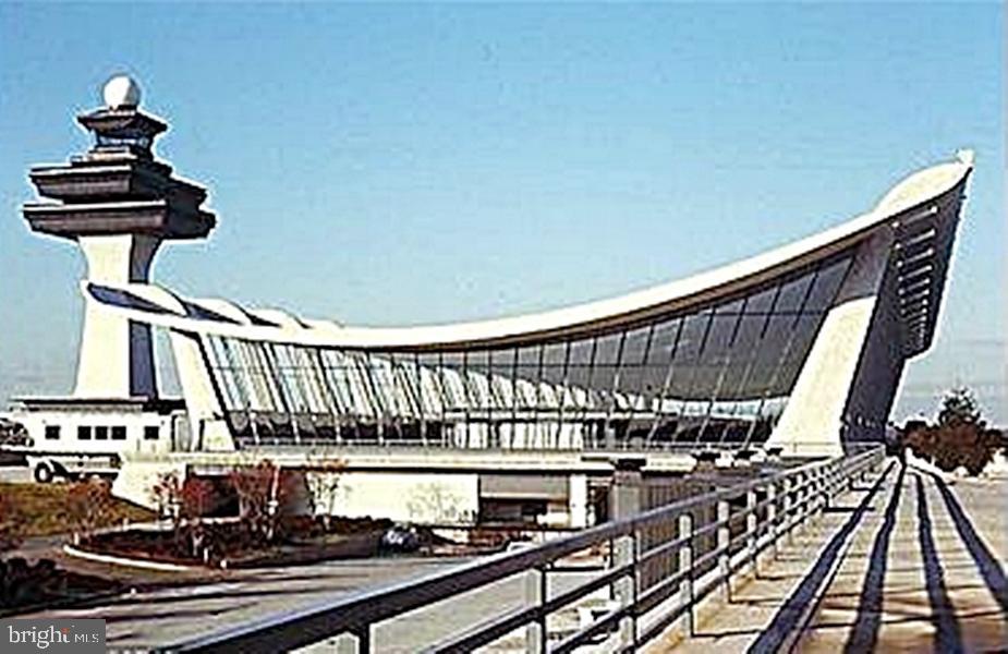 7 Minutes to Dulles IAP Terminal - 13086 PARK CRESCENT CIR, HERNDON