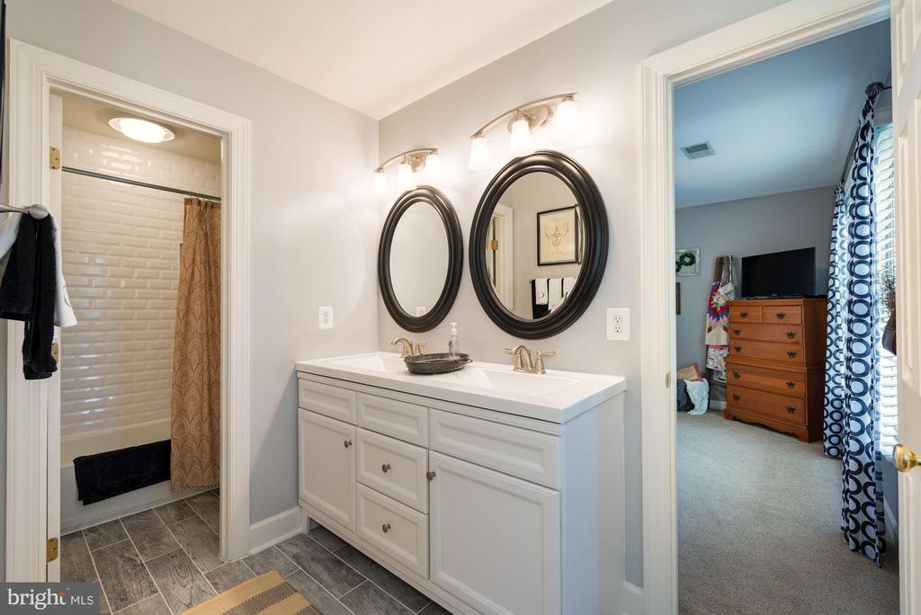 Jack & Jill Bathroom - 7840 VIRGINIA OAKS DR, GAINESVILLE