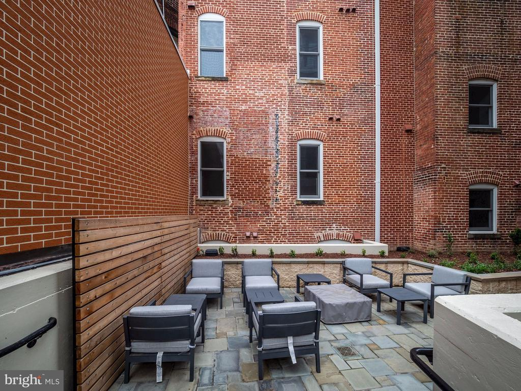 community courtyard with grilling and fire pit - 1745 N ST NW #605, WASHINGTON