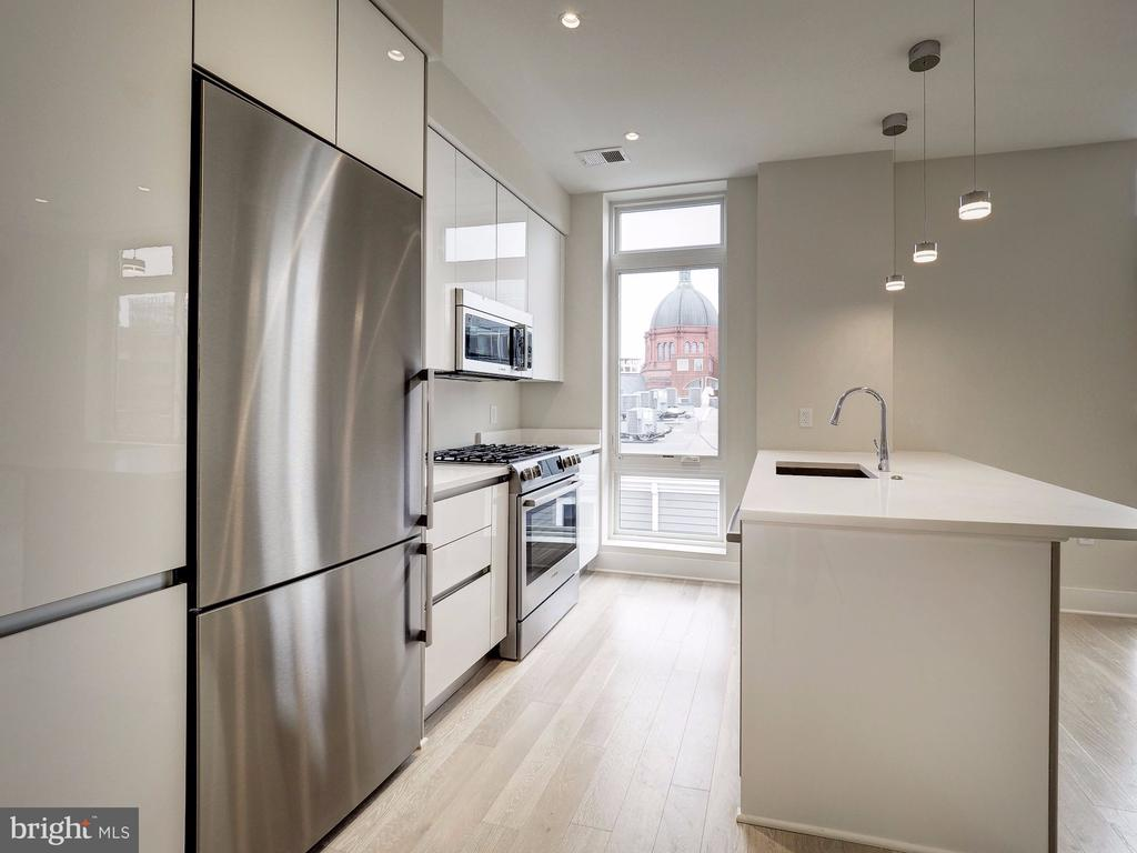 Gourmet kitchen with breakfast bar for seating - 1745 N ST NW #605, WASHINGTON