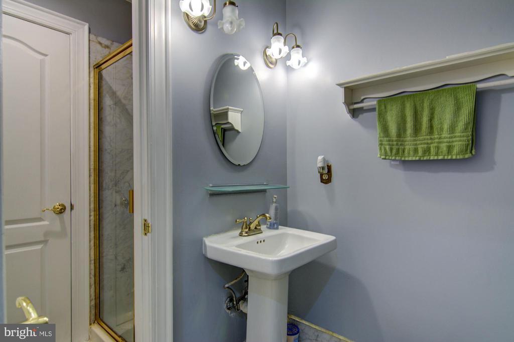 Main Level Full bath - 5608 CAVALIER WOODS LN, CLIFTON