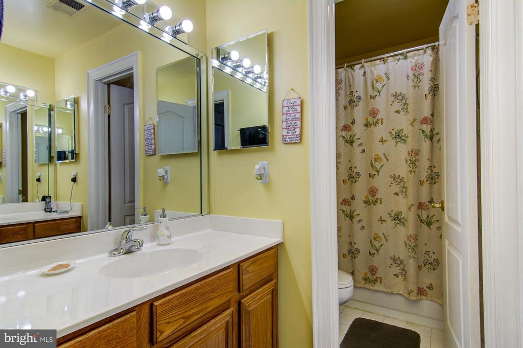 Hallway Full bath - 5608 CAVALIER WOODS LN, CLIFTON