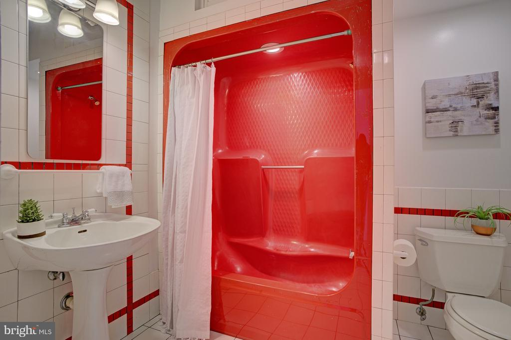 3rd floor bath - 834 11TH ST NE, WASHINGTON