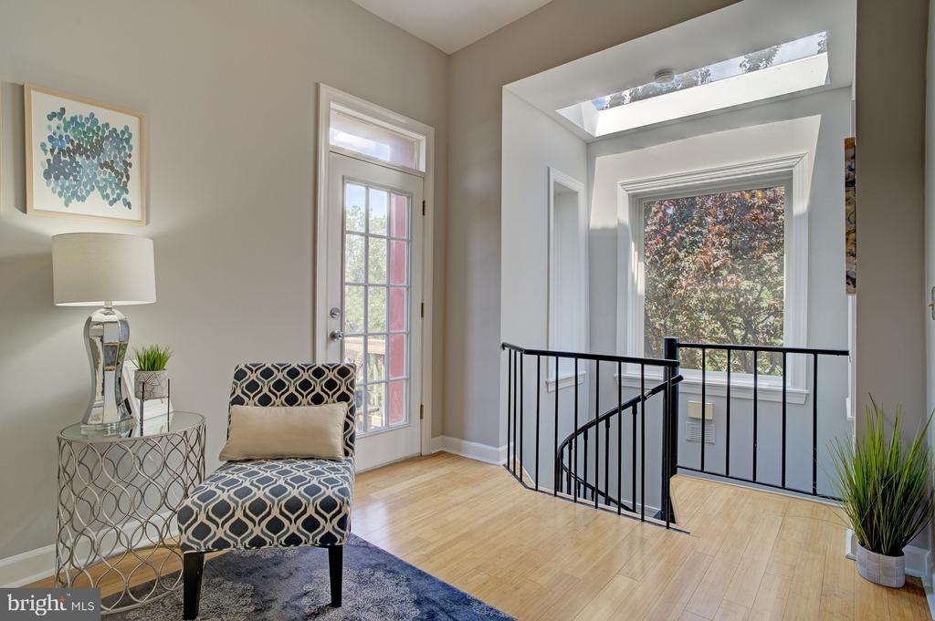 bonus den/sitting area on 3rd level - 834 11TH ST NE, WASHINGTON