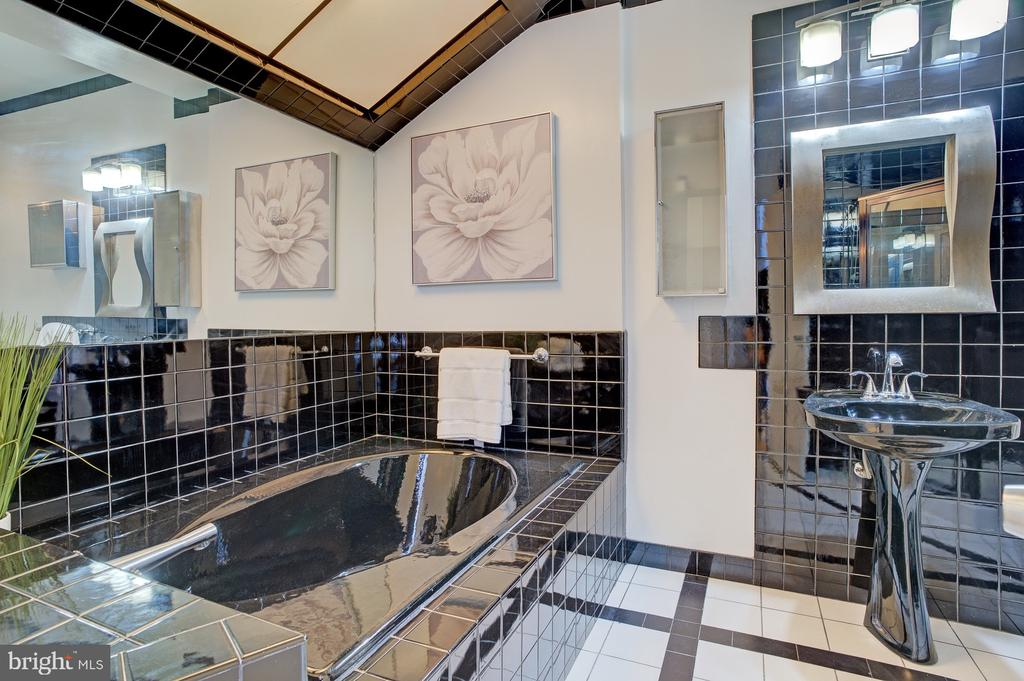 2nd level bath - 834 11TH ST NE, WASHINGTON