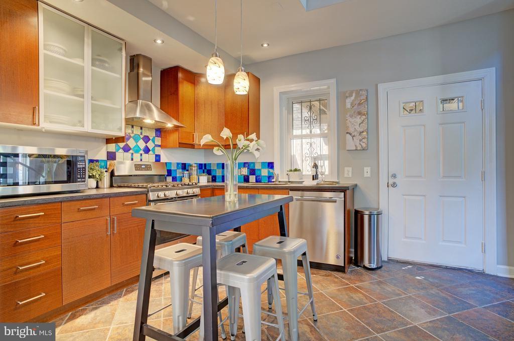 kitchen looking at back door - 834 11TH ST NE, WASHINGTON