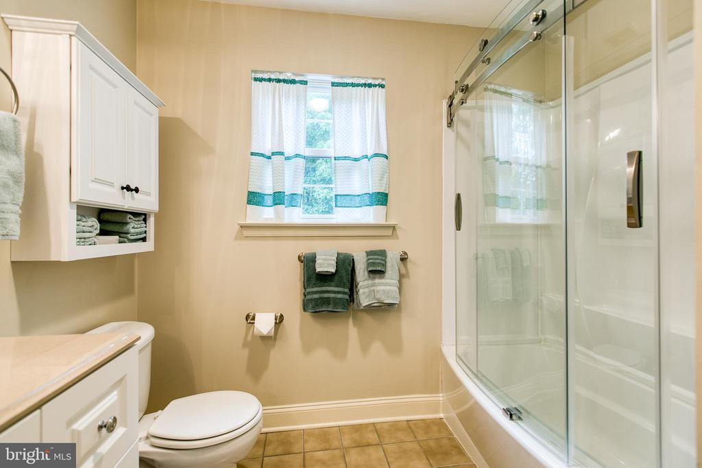 Full Bathroom - 6803 LAKERIDGE DR, FREDERICKSBURG