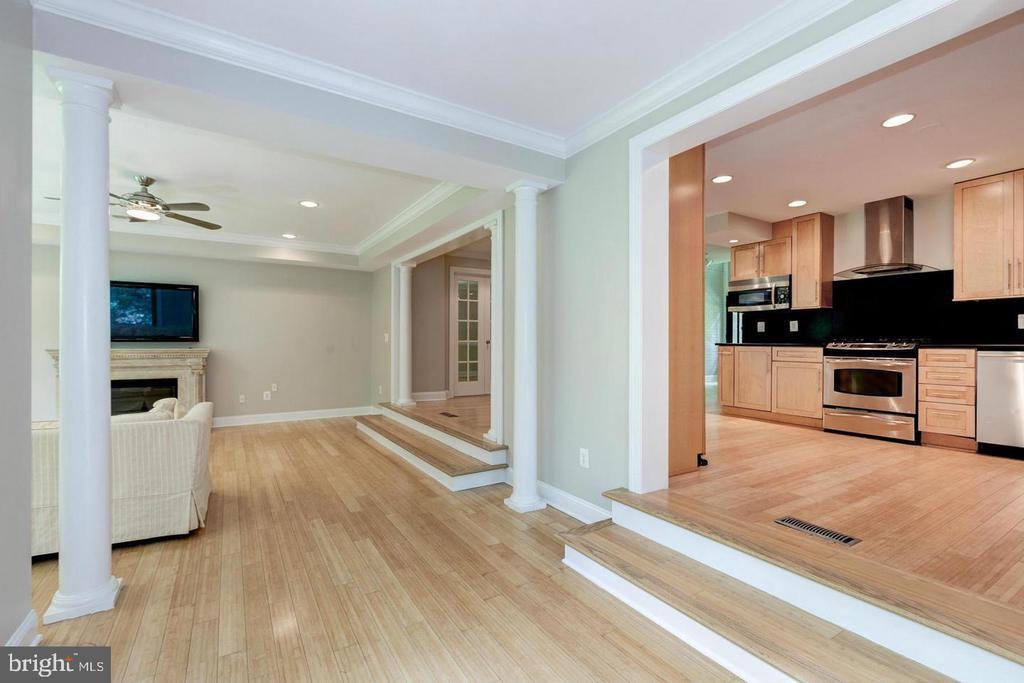 Open floorpan - perfect for entertaining - 3206 FOX MILL RD, OAKTON