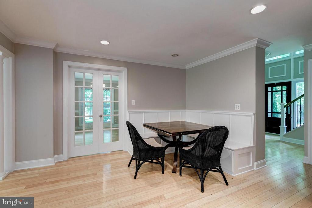 Charming built-in benches in kitchen eat in space - 3206 FOX MILL RD, OAKTON