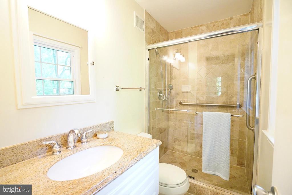 Updated Master Bathroom - 8620 APPLETON CT, ANNANDALE