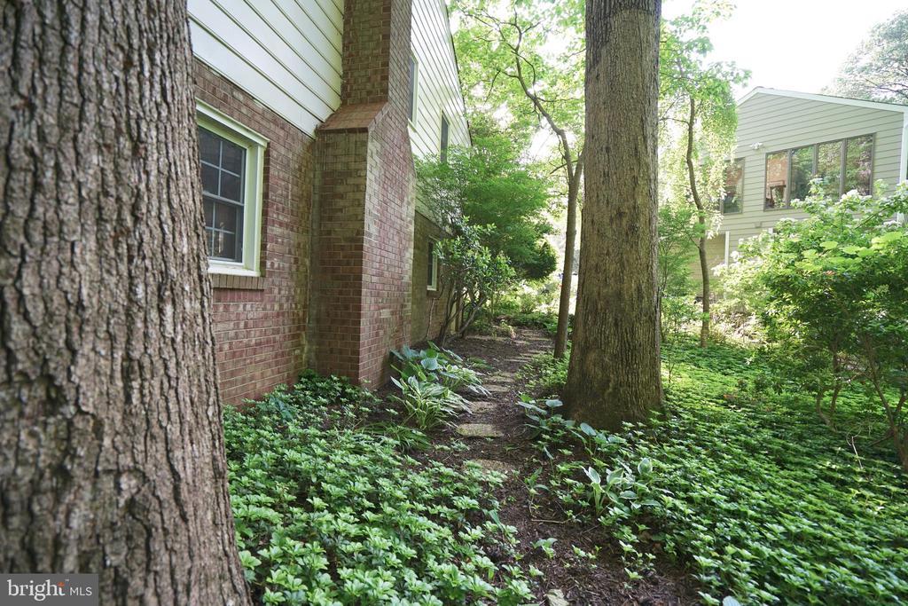 Botanical Garden Oasis - 8620 APPLETON CT, ANNANDALE