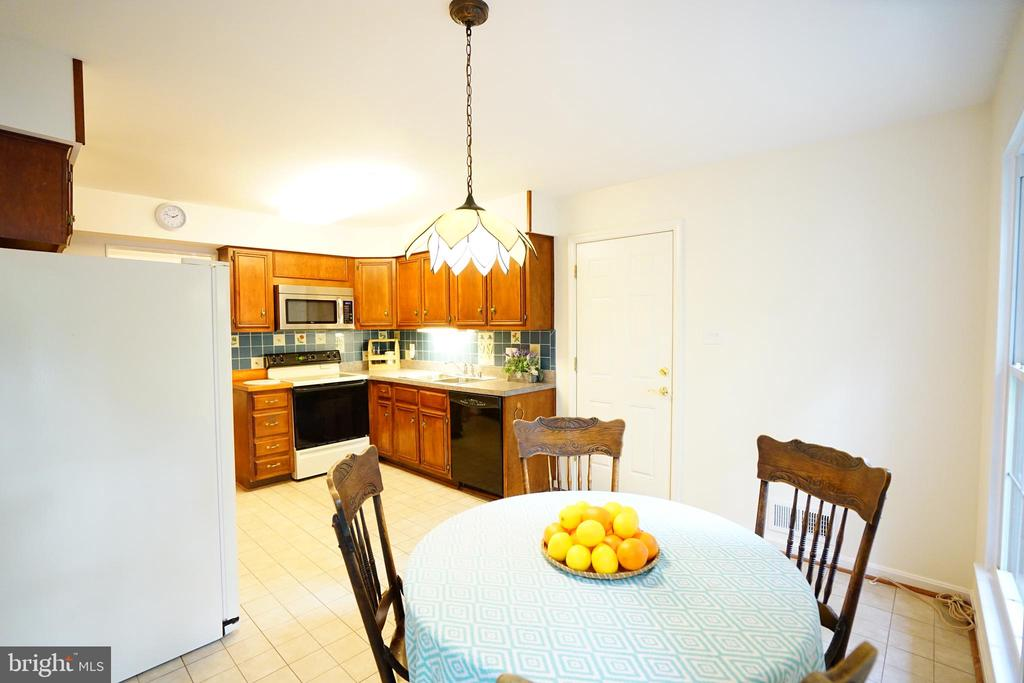 Spacious Well Maintained Kitchen - 8620 APPLETON CT, ANNANDALE
