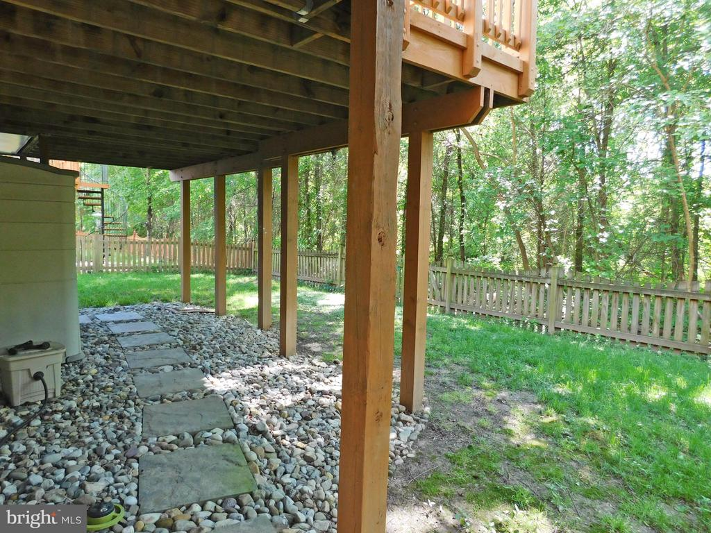 Fenced Rear Yard, adjoins treed space - 26013 RACHEL HILL DR, CHANTILLY