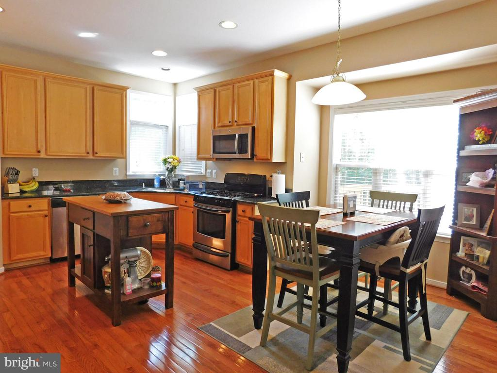 Bright eat-in Kitchen, gas stove, granite counters - 26013 RACHEL HILL DR, CHANTILLY