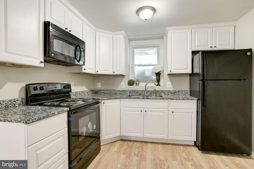 Full Kitchen w/ Granite Counter tops - 232 MARYLAND AVE, HAMILTON