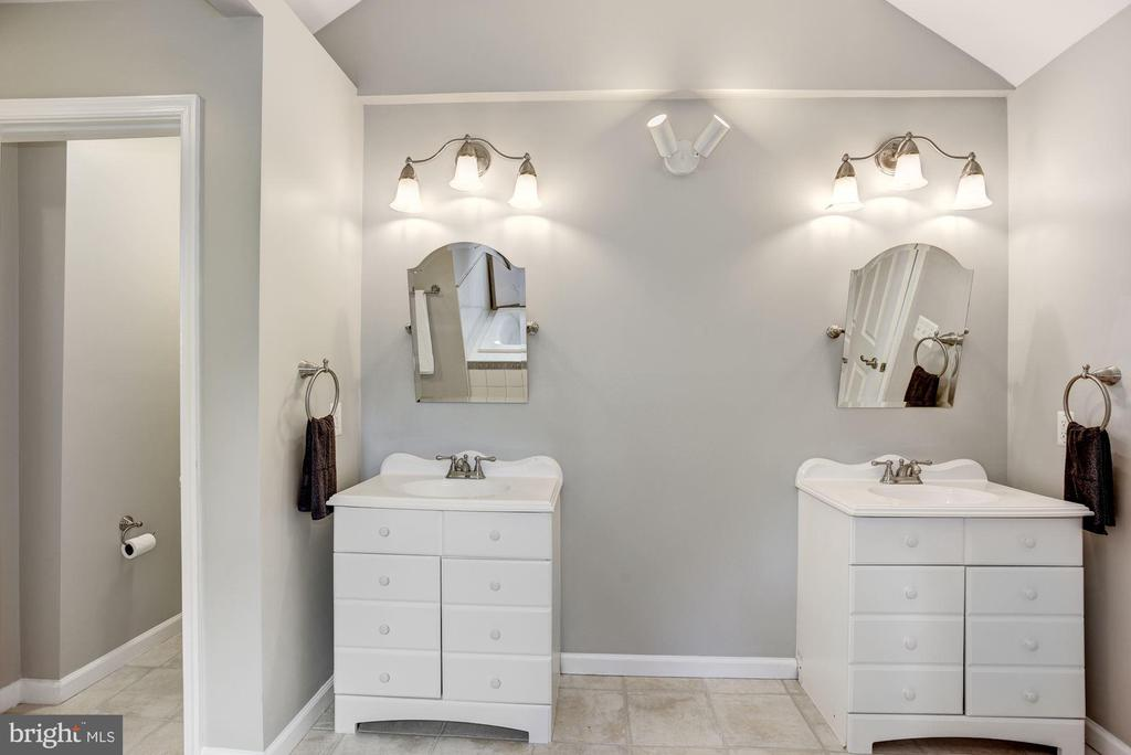 Double Sinks and Private Toilet - 232 MARYLAND AVE, HAMILTON