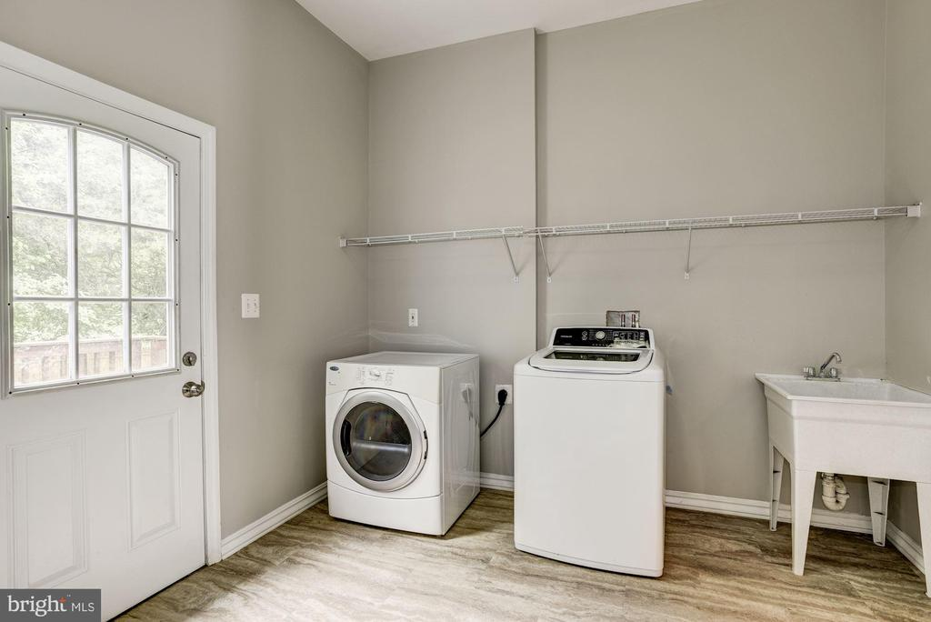 Large Mudroom off Kitchen w/separate entry - 232 MARYLAND AVE, HAMILTON