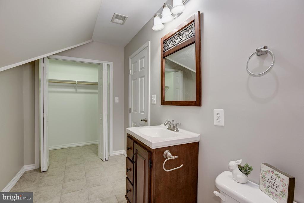 Junior Master Suite Full Bathroom w/Walk in Closet - 232 MARYLAND AVE, HAMILTON