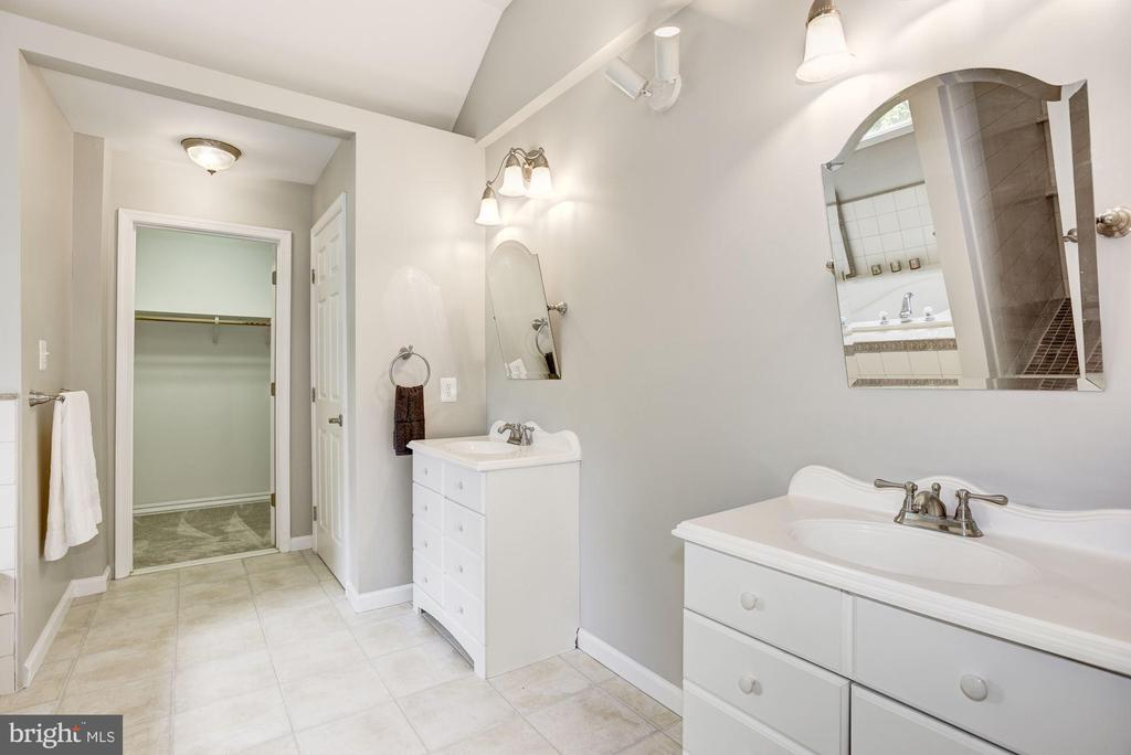 Spa Like Master Bathroom - 232 MARYLAND AVE, HAMILTON