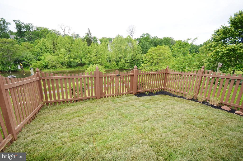 Beautiful Fenced Backyard - 43013 MILL RACE TER, LEESBURG