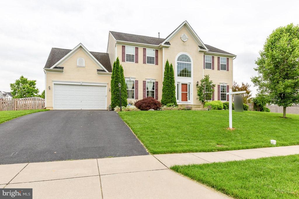 Lots of parking, perfect grading...corner lot! - 222 POLARIS DR, WALKERSVILLE